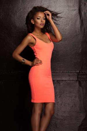 american sexy: Красивая молодая женщина афро-американских с Afro в свежем темном коротком летнем платье Фото со стока