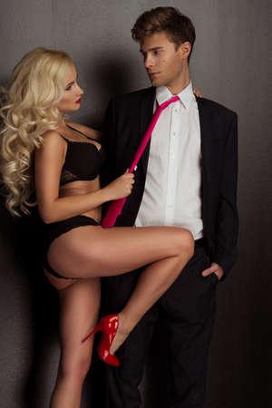 mujeres eroticas: Foto de una joven pareja en ropa interior sensual y traje