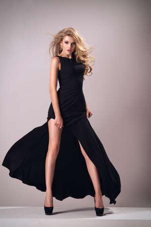 時尚: 可愛的女人華麗的禮服 版權商用圖片