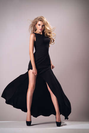 modelo: Mujer linda en hermoso vestido