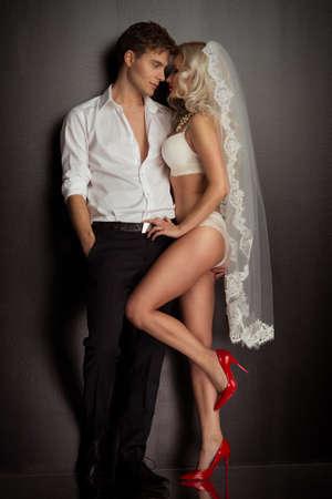 luz roja: La novia y el novio de la boda de la foto tomada en el estudio sobre un fondo negro