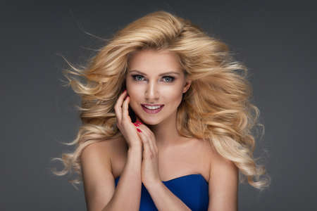 mujer rubia desnuda: Sensual hermosa mujer rubia con el pelo largo y rizado.