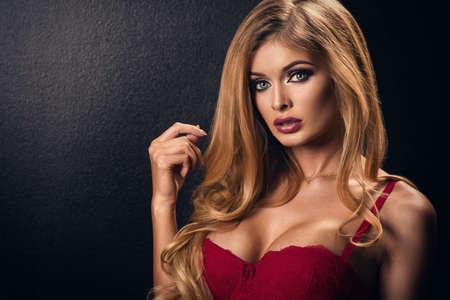 mujer rubia desnuda: Mujer sexy rubia posando en ropa interior, mirando a la c�mara.