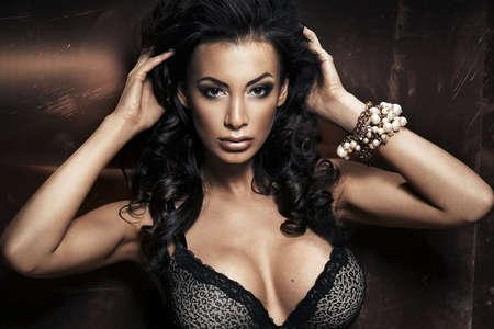 Portret van sexy brunette vrouw wear fur