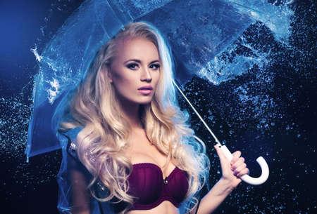 透明な傘を持つ若いセクシーな女性。 写真素材
