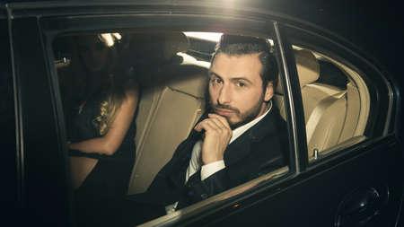 chofer: Hombre elegante en el coche.