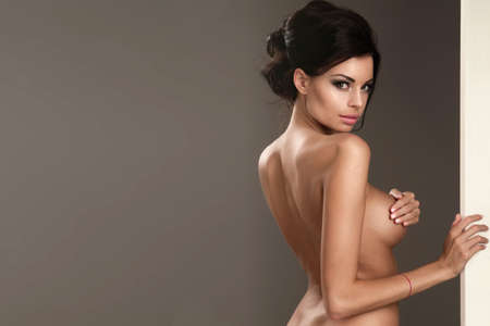 mujer desnuda sentada: Hermosa mujer morena con pizarra blanca Foto de archivo