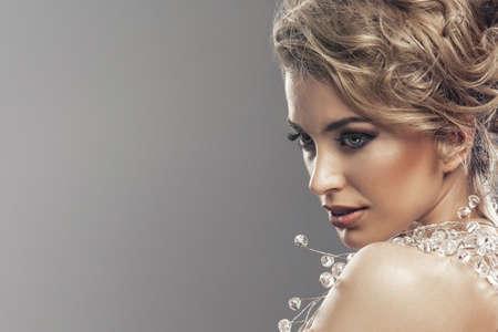 Portret van mooie jonge blonde vrouw Stockfoto - 52621601