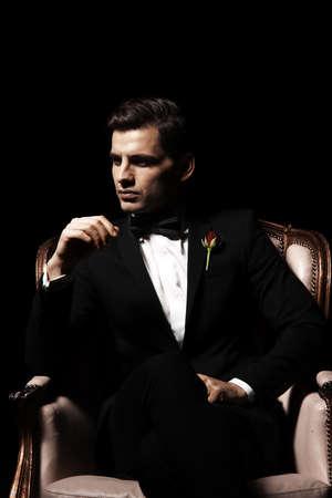 viso uomo: Ritratto di uomo che seduto sulla sedia, carattere padrino-like.