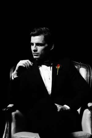 uomo rosso: Ritratto di uomo che seduto sulla sedia, carattere padrino-like.