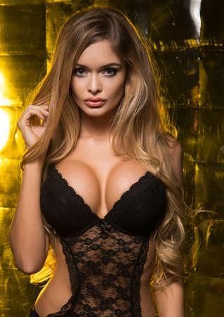 pechos: Sexy mujer rubia con el delgado cuerpo perfecto posando en ropa interior sensual. Chica con el pelo largo. Foto de archivo