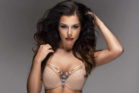sexy young girl: Портрет сексуальность женщины с длинными вьющимися волосами. Студия выстрел.