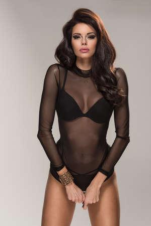 nude young: Сексуальная привлекательная брюнетка женщина позирует в нижнем белье модного в студии