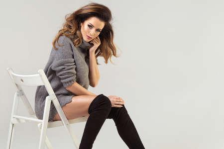 Beauty brunette woman on chair Stockfoto