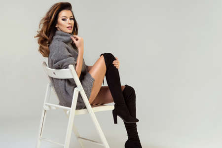 Schönheit Brunette Frau auf Stuhl Standard-Bild - 60456707