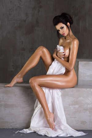 fille sexy nue: femme sexy porter seul matériau blanc en studio