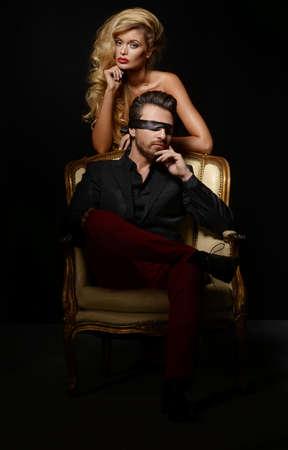 Coppia sexy Amore, Blindfold uomo in tuta con sexy bionda