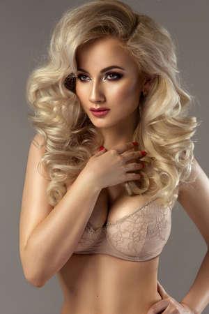 mujeres eroticas: Hermosa sensual posando mujer rubia. Chica con el pelo largo y rizado.