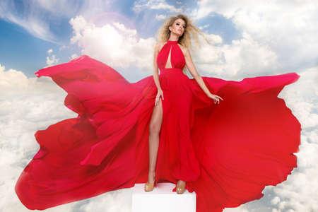 belleza de la mujer rubia atractiva en vestido rojo