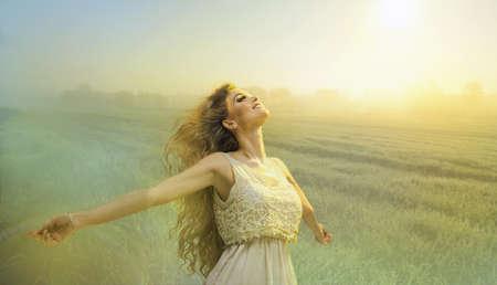 armonia: Mujer libre feliz sobre el cielo y el sol Foto de archivo
