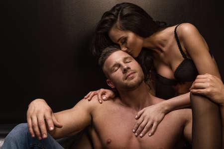 Leidenschaft Porträt eines Paares in der Liebe Standard-Bild - 60247531