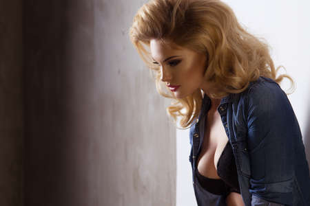 chica sexy: Moda hermosa mujer rubia posando en estudio el uso de los pantalones vaqueros Foto de archivo