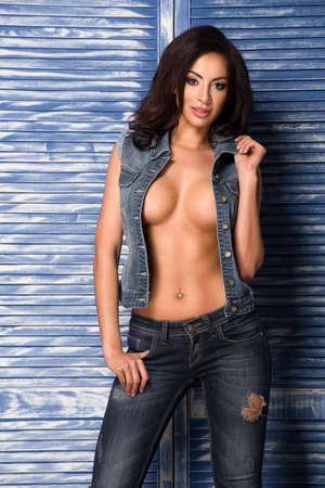 femme brune sexy: Sexy femme brune en jeans Banque d'images