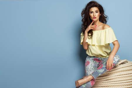 moda ropa: chica de moda morena llevaba ropa en colores pastel cerca de las cuerdas