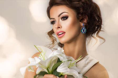 Ragazza di moda di bellezza di moda con i fiori. Archivio Fotografico