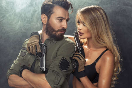 Een aantrekkelijke jonge paar met kanonnen Stockfoto