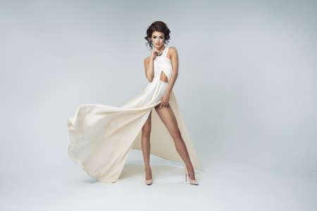 흰 드레스를 입고 로맨틱 금발의 아름다움