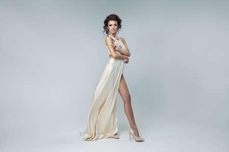 Romantica bellezza bionda che indossa un abito bianco