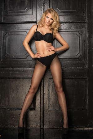 tänzerin: Junge sexy blonde Frau in der dunklen Wäsche und eng