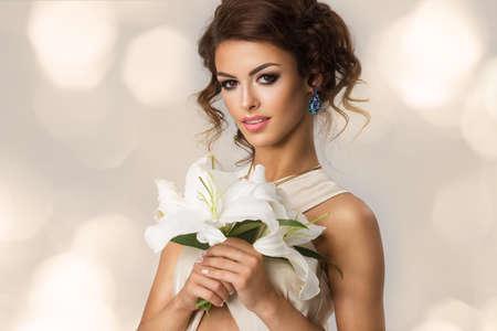 Moda Belleza Chica Modelo con las flores.