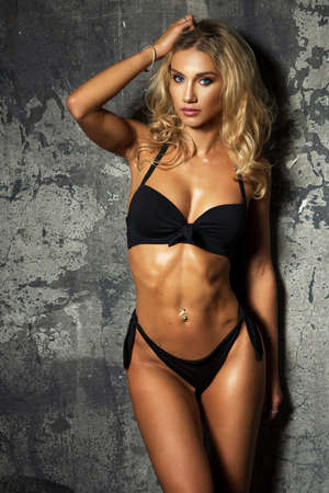 Sexy fashion woman over grunge wall Standard-Bild - 108857692
