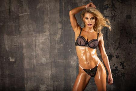 Sexy fashion woman over grunge wall Standard-Bild - 116953810