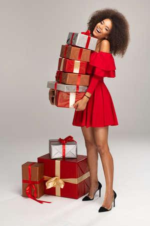 Modelo femenino usar vestido rojo guarda regalos