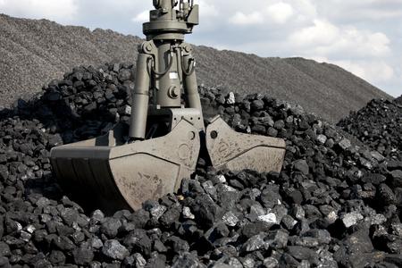 石炭ローディング ショベル、石炭の山 写真素材