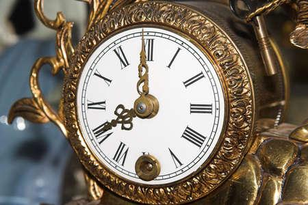 o�??clock: reloj antiguo, el 8 de la ma�ana