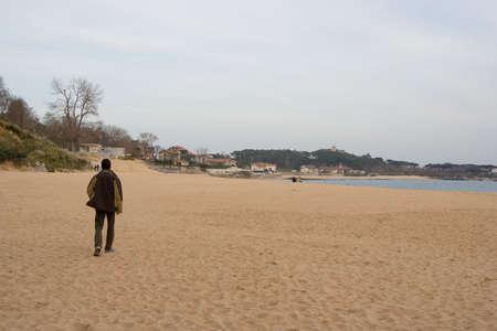 walking alone: adolescente caminando solos en la playa, Santander