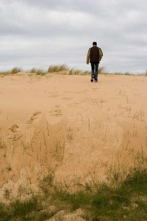 walking alone: adolescente caminando por s� solo