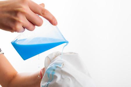 Quitar la mancha de la camisa blanca que mide el determent con la mano Foto de archivo - 70756009