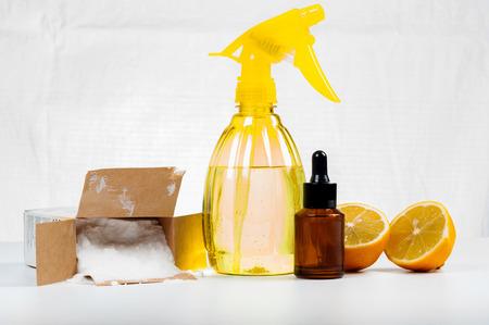 Eco-vriendelijke natuurlijke reinigingsmiddelen gemaakt van citroen en bakpoeder op witte houten tafel Stockfoto