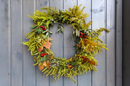 Autumn wreath decorating front door Zdjęcie Seryjne