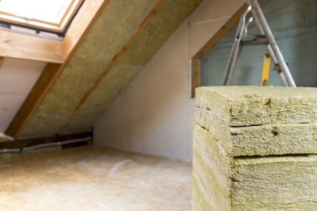 Zolderrenovatie en thermische isolatie met minerale steenwol Stockfoto