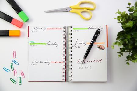 Stift auf einem selbstgemachten Planer. Moderner Schreibtisch. Arbeiten, Konzept schreiben Standard-Bild