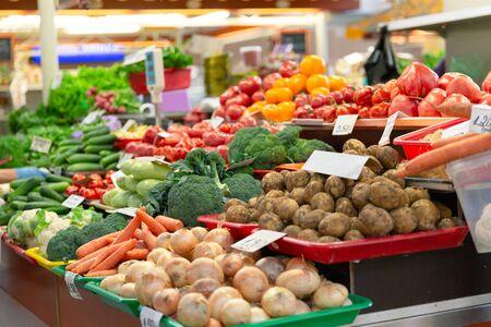 Vegetales y orgánicos frescos en el mercado de agricultores en la ciudad Foto de archivo