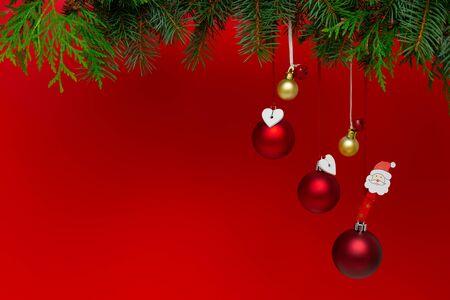 Weihnachtsschmuck auf rotem Grund. Konzept der Ferienzeit