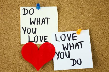 haz lo que amas, ama lo que haces: consejos motivacionales o recordatorios en notas adhesivas sobre fondo de tablero de corcho. Concepto de Businnes Foto de archivo