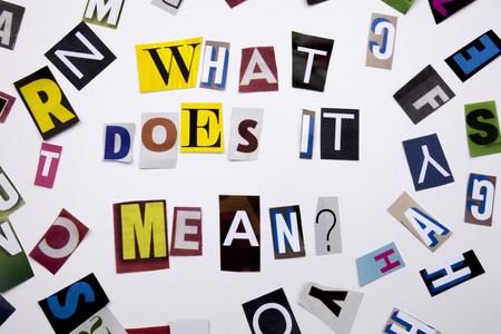 Un texto de escritura de palabra que muestra el concepto de QUÉ SIGNIFICA PREGUNTA de una carta de periódico de revista diferente para el caso de negocio en el fondo blanco con espacio